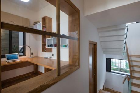 Ngôi nhà có thiết kế nhiều ô cửa vuông trên tường vì vậy luôn thông thoáng và tràn ngập ánh sáng tự nhiên.