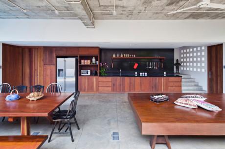 Chất liệu gỗ được sử dụng chủ yếu trong ngôi nhà độc đáo này, toàn bộ nhà khu bếp hiện đại bàn ghế ăn cho đến chiếc phản lớn tạo ra không gian cổ kính pha chút hiện đại.