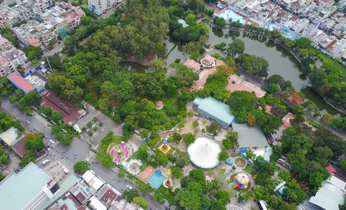 Công viên Lê Thị Riêng (quận 10) trước năm 1975 là nghĩa trang Đô Thành. Nơi đây chôn cất người mất thuộc tầng lớp bình dân và những lính chết trận vô danh. Trong kế hoạch chỉnh trang thành phố, nghĩa trang được giải tỏa vào năm 1983.
