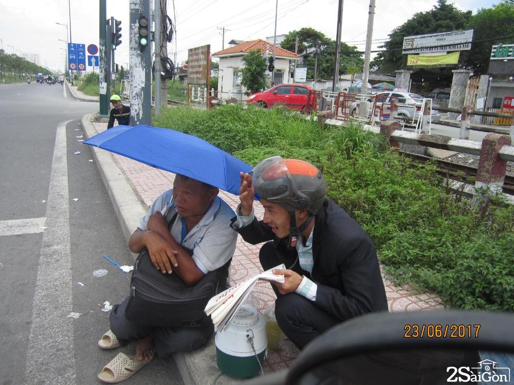 chú Minh ngồi bán một mình, chú nhiều về nghỉ trưa ở nhà gần đó.
