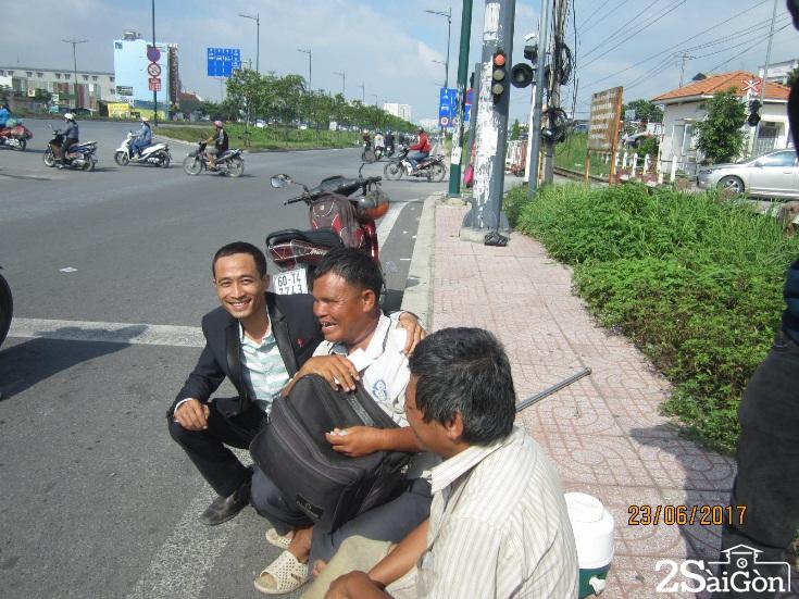 Trước hoàn cảnh của hai chú, nhiều người đi đường ghé mua ủng hộ.