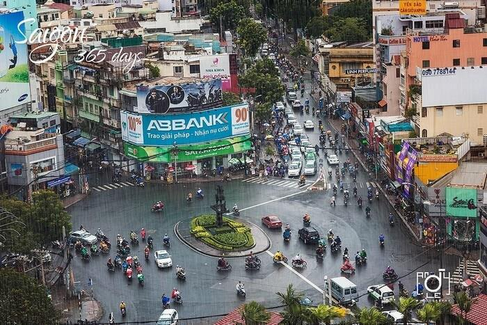 Sài Gòn mưa - Ảnh: Andy Le Xem nội dung đầy đủ tại: https://saigoncuatui.com/sai-gon-ngay-mua-cu-ngo-thu-ve-tren-pho-v101.php Nguồn: saigoncuatui.com