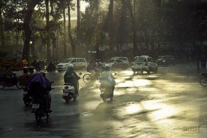 Sài Gòn không còn vừa mưa vừa nắng - Ảnh: Lê Phan Trung Hiêu Xem nội dung đầy đủ tại: https://saigoncuatui.com/sai-gon-ngay-mua-cu-ngo-thu-ve-tren-pho-v101.php Nguồn: saigoncuatui.com