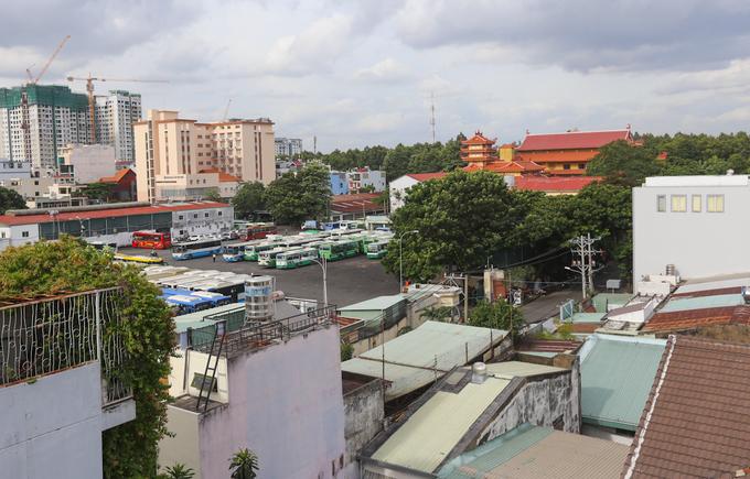 """Trước năm 1975, gần sân bay Tân Sơn Nhất có nghĩa trang Bắc Việt. Ngày nay, vị trí nghĩa trang ở quanh khu vực chùa Phổ Quang (quận Tân Bình), giới hạn bởi đường Phổ Quang, Huỳnh Lan Khanh và bên hông Quân khu 7. Nghĩa địa này cũng được giải tỏa vào cuối những năm 1980 đến năm 1995 thì cơ bản hoàn thành. Khu đất từng """"dành cho người chết"""" nay xây dựng thành khu dân cư, khu biệt thự, bãi xe buýt, cao ốc, nhà hàng..."""
