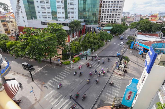 Theo những cao niên sống ở đây, đường Phổ Quang ngày xưa vốn là đường đất, là lối chính dẫn vào nghĩa trang Bắc Việt. Hiện, con đường được chỉnh trang, trải nhựa; hàng chục dự án cao ốc văn phòng, căn hộ... được xây dựng.