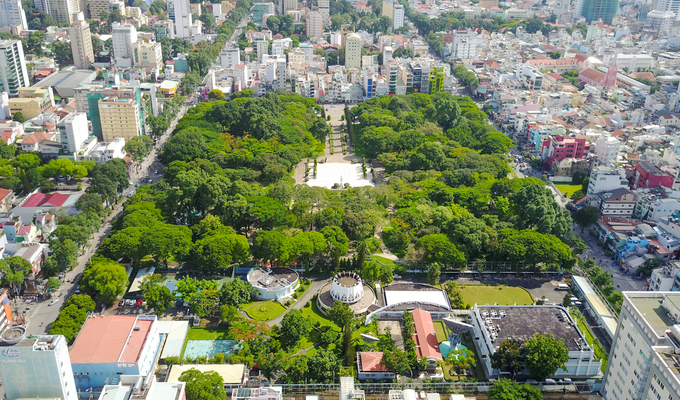 Công viên Lê Văn Tám (quận 1) trước năm 1975 là nghĩa trang Mạc Đĩnh Chi. Nơi này nguyên là nghĩa trang chôn các sĩ quan và binh lính người Pháp trong cuộc chiếm đóng Sài Gòn. Người dân thời đó cũng gọi là Đất thánh Tây.  Thời Việt Nam Cộng Hòa, các chính trị gia, tướng tá đương thời cũng được chôn tại đây. Nổi tiếng nhất là Tổng thống Ngô Đình Diệm và em trai - cố vấn chính trị Ngô Đình Nhu. Hai người đã bị quân đảo chính ám sát vào ngày 2/11/1963 và được an táng tại đây.