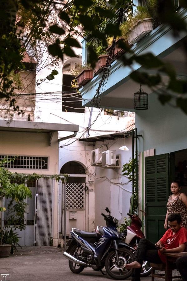 1. Hẻm cà phê: Tiếp xúc với nhiều người dân gốc Sài Gòn cũng như những người chọn nơi này sinh sống và làm việc thì nhận ra điểm chung là đa số đều thích ngồi hứng gió những tiệm cà phê nhỏ đây cây xanh trong những con hẻm vắng.