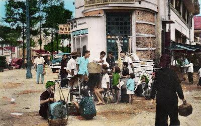 """Trẻ con vây quanh """"rạp"""" chiếu bóng thùng xem phim thuở xưa. Ảnh tư liệu."""