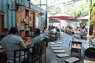 Khách vô quán ăn, quán nước ở Sài Gòn thường nói chuyện trò nho nhỏ đủ để bạn mình nghe - Ảnh tư liệu