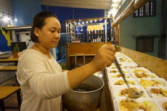 Thu Trang chuẩn bị các phần cơm từ thiện - Ảnh: HUỆ LÂM