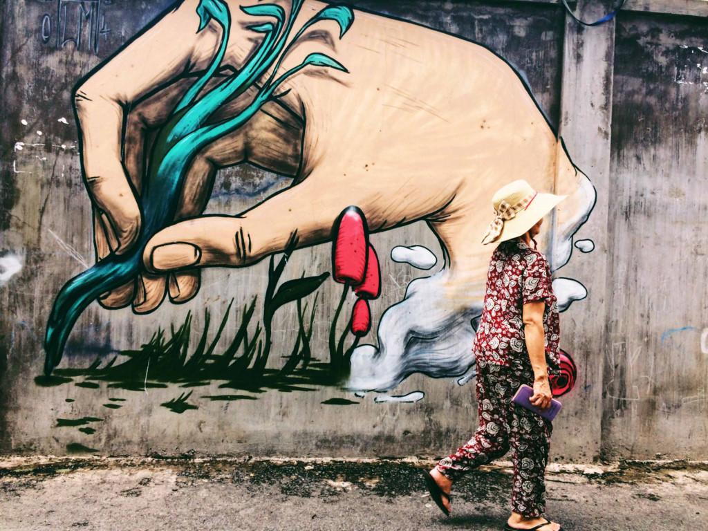 Ngoài những cái tên quen thuộc như 15B Lê Thánh Tôn hay nhà Ga 3A là nơi chứa đựng những bức tường graffiti xinh đẹp từ lâu, hẻm 106 Bình Lợi cũng là một con hẻm với những bức vẽ graffiti.