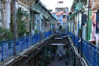 Hẻm 206 đường Trần Hưng Đạo B (quận 5, TP.HCM) còn được biết đến với tên gọi hẻm Hào Sĩ Phường.  Hẻm nằm ở khu Chợ Lớn, ban đầu chỉ toàn người gốc Hoa sinh sống, dần dần một số người chuyển đi, bán lại căn hộ cho người Việt nên đời sống của người dân trong hẻm cũng phong phú hơn nhưng vẫn giữ những nét cổ kính của riêng mình.