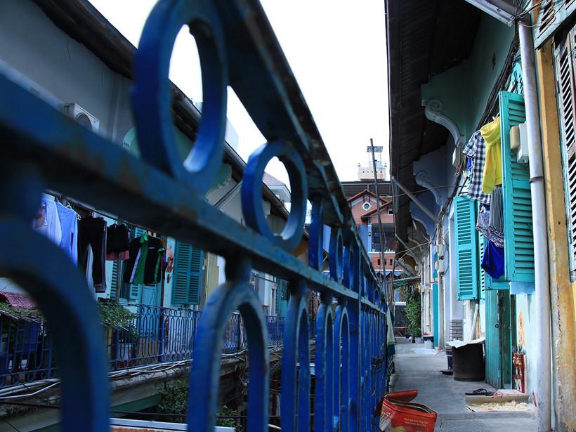 Con hẻm là mặt sau của hai chung cư Ngô Quyền và Trần Hưng Đạo. Đây được mệnh danh là con hẻm có kiến trúc độc đáo nhất Sài Gòn dù đã tồn tại hơn 1 thế kỷ. Các song sắt dọc lan can được sơn màu xanh cobalt dịu mát kết hợp với phần mái uốn lượn mềm mại tạo nên khung cảnh thanh bình
