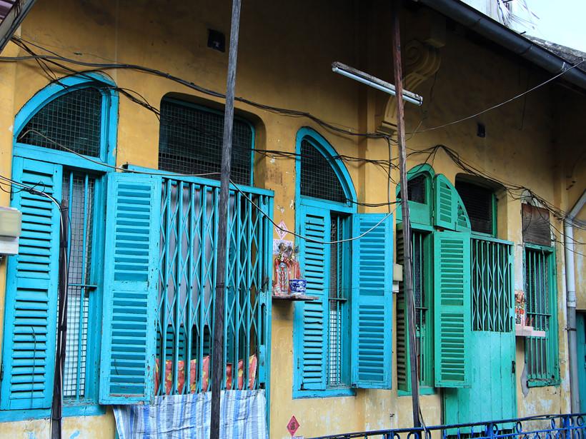 Màu ban đầu của các bức tường chung cư ở đây là màu vàng. Theo thời gian những mảng tường bị bong tróc nên các hộ dân tự sơn lại. Một số nhà sơn giống màu ban đầu để gợi nhớ khung cảnh xưa cũ. Dấu vết của thời gian vẫn còn hằn trên các bức tường bong nhiều lớp sơn. Lối kiến trúc của khu hẻm cũng mang đậm phong cách của người Hoa.