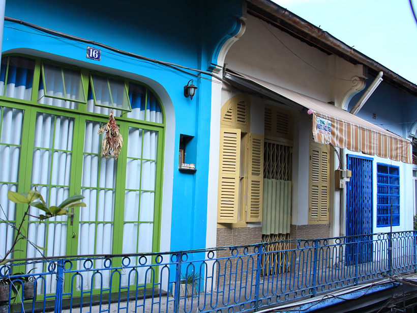 Một số nhà đã sơn lại bằng những màu sắc nổi bật nhưng vẫn giữ nguyên kiến trúc ban đầu. Những màu sắc này kết hợp với màu vàng ban đầu và màu xanh của các song sắt tạo nên một vẻ đẹp vừa cổ kính, vừa hiện đại.
