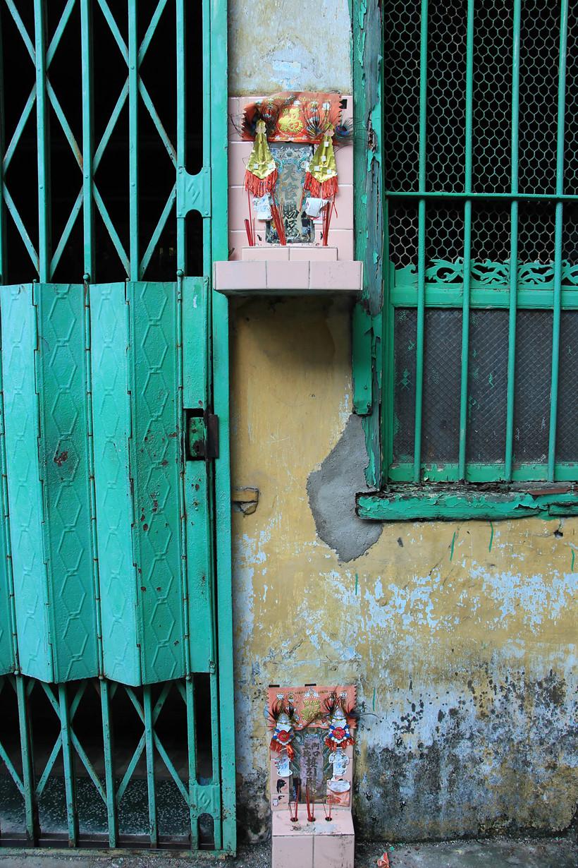 Trước mỗi nhà người gốc Hoa đều có hai bàn thờ. Theo những người dân ở đây, hai bàn thờ là để thờ Thiên và Thổ địa, còn miếng giấy đỏ in màu vàng bắt mắt ở trước cửa và trong nhà là để mang lại sự may mắn và bình an.