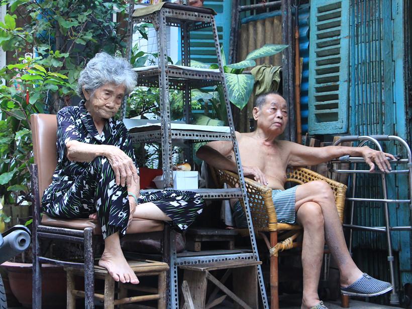 Cụ bà Diệp Liên là người sống lâu năm nhất ở hẻm, năm nay cụ đã 98 tuổi, không nói được tiếng Việt. Niềm vui hàng ngày của cụ Liên là ngồi trong hẻm hàn huyên, hóng mát và hỏi chuyện mọi người. Đây là con hẻm cụt nên những nhà trong hẻm ai cũng biết nhau, sống hòa thuận và giúp đỡ nhau lúc khó khăn.