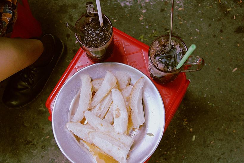 Ca cao đá được chính tay dì Tám nấu theo công thức của má Ba truyền lại, hương vị có chút đắng nhẵn nhẵn nơi đầu lưỡi khi vừa ăn nhưng lại ngọt lịm sau khi nuốt xuống cổ  ẢNH: LÊ NAM