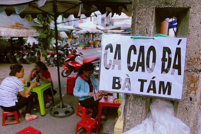Tấm biển hiệu bằng giấy A4, ép plastic được treo ngay cột điện là do một khách ghé ăn làm tặng dì Tám ẢNH: LÊ NAM