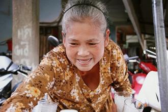"""Dì Tám tên thật là Nguyễn Thị Hòa (67 tuổi), dì hay nói vui: """"Dì tên Hòa, chồng dì tên Chí, hai cái tên mà hợp lại thành Chí Hòa thì trời ơi nghe giật mình luôn"""""""