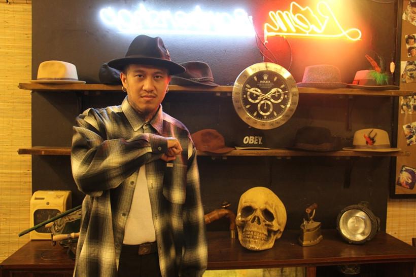 Liêm Barber bên bộ sưu tập mũ của mình ẢNH LÊ NAM
