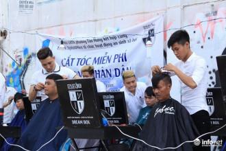 Gần 2 tháng nay, nhóm bạn trẻ trong câu lạc bộ Stylist 4 Men tới bãi đất trống ven đường Trần Xuân Soạn ( Q 7 – TP HCM) để cắt tóc miễn phí cho mọi người