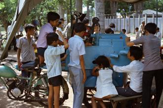 """Sài Gòn năm 1971, trẻ con xem phim tại """"rạp"""" chiếu bóng thùng di động. Ảnh tư liệu."""