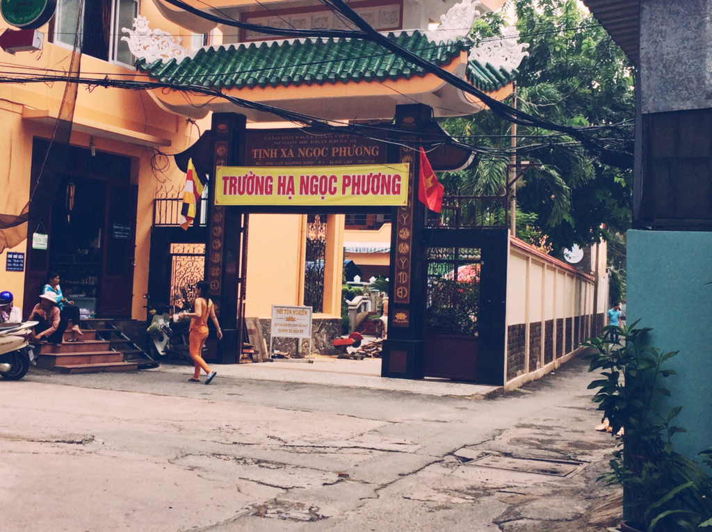 Ở Sài Gòn lâu và có tình yêu đối với nơi này, những con hẻm nhỏ này sẽ đem bạn đến với muôn màu muôn tình. Đi đến đây, có thể chỉ để ngắm nhìn một con hẻm nhỏ, nhìn vài đứa trẻ nô đùa cũng có thể làm bạn thêm mến yêu Sài Gòn.