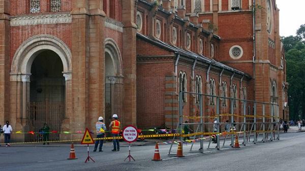Lắp đặt rào chắn xung quanh nhà thờ Đức Bà