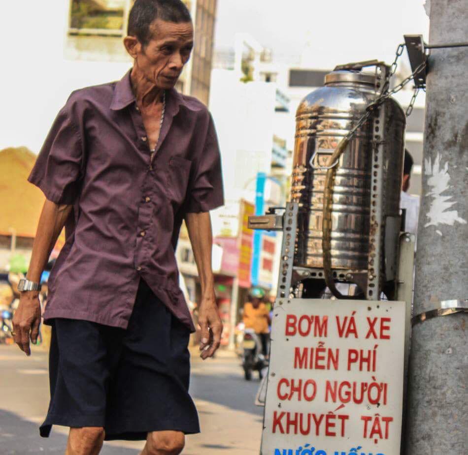 Nhìn hình ảnh những cô bác dừng xe uống chút trà, lấy viên thuốc đau đầu hay đơn giản là nói một vài câu với nhau rồi đi giữa tiết trời Sài Gòn nắng mưa thất thường này, thật sự có nhiều thứ để nhớ, nhớ thương.