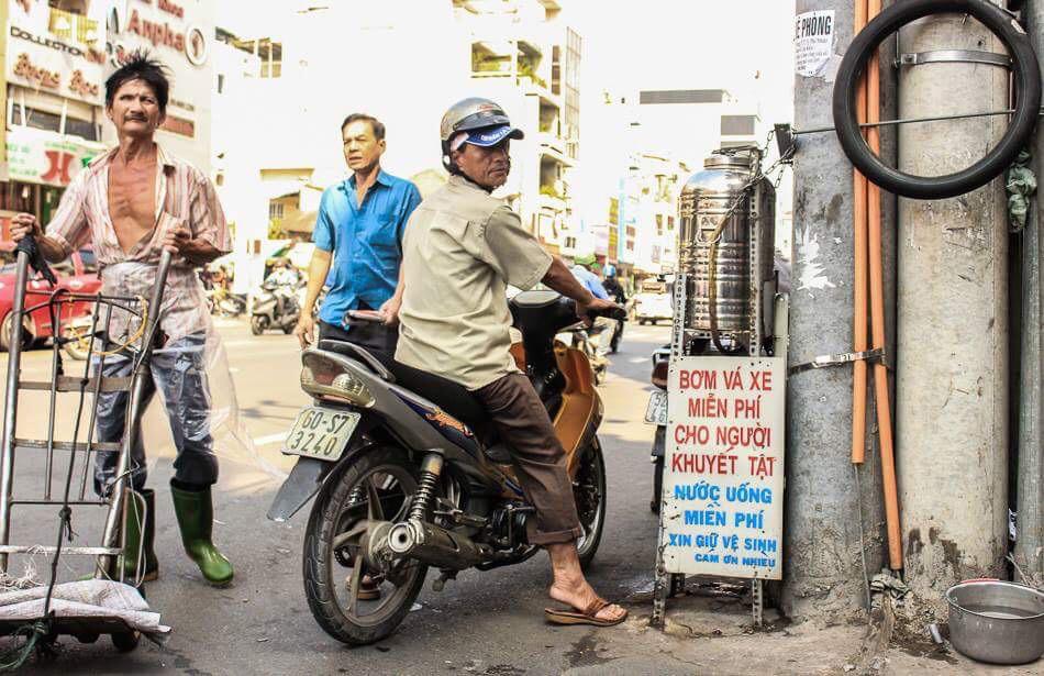 """3. Hẻm từ thiện: Cái tên hẻm ông Tiên vốn quen thuộc với người đân TP.HCM từ lâu vì những """"dịch vụ tình thương"""" rất đậm màu Sài Gòn ."""