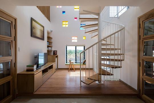 Cầu thang xoắn độc đáo giữa nhà.