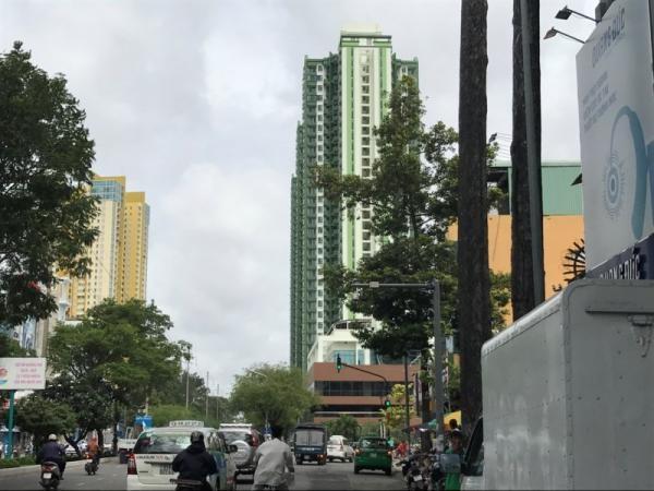 Hiện nay toàn bộ tòa nhà đã được sơn màu xanh thay vì màu đỏ như trước đó.