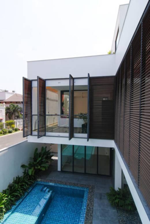 Ngôi nhà nằm ngay mặt đường nhưng thiết kế tạo ra rất nhiều không gian riêng tư, kín đáo theo đúng ý gia chủ.