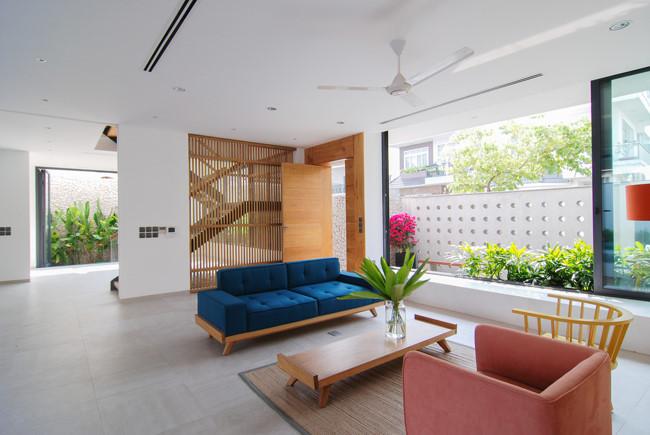 Tổng diện tích của ngôi nhà 450m2 với 3 tầng nổi và 1 tầng hầm tạo ra diện tích sử dụng rất rộng rãi.