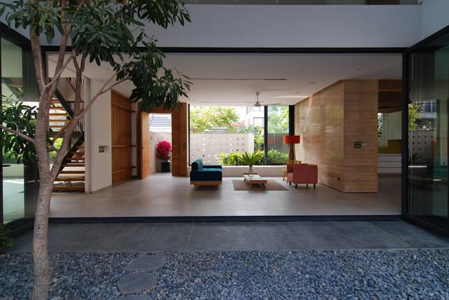 Tầng 1 thông ra các không gian xung quanh như sân vườn và bể bơi.