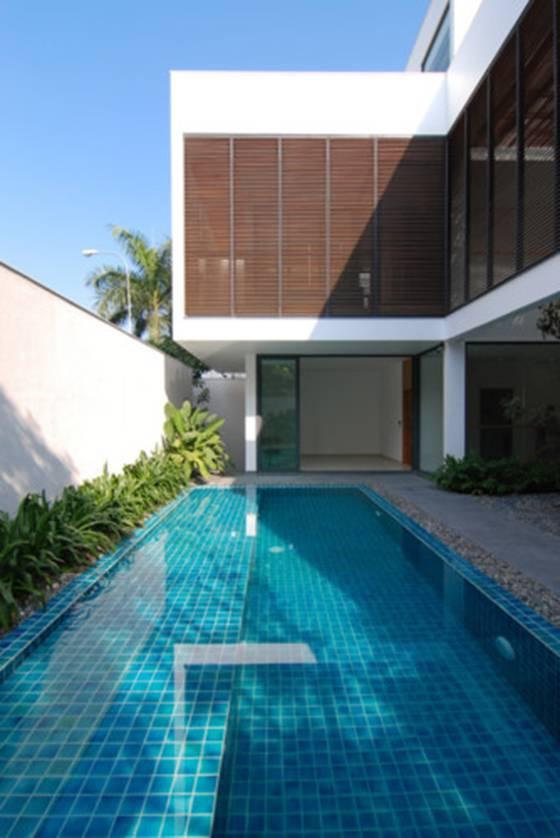 Bể bơi xanh mát nằm tại mặt trước là nơi vui chơi và cân bằng cho ngôi nhà