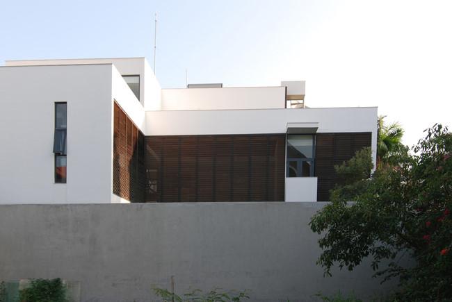 Lớp tường bảo vệ cao và kiên cố giúp bảo vệ và tạo ra nhiều không gian riêng tư cho ngôi nhà.