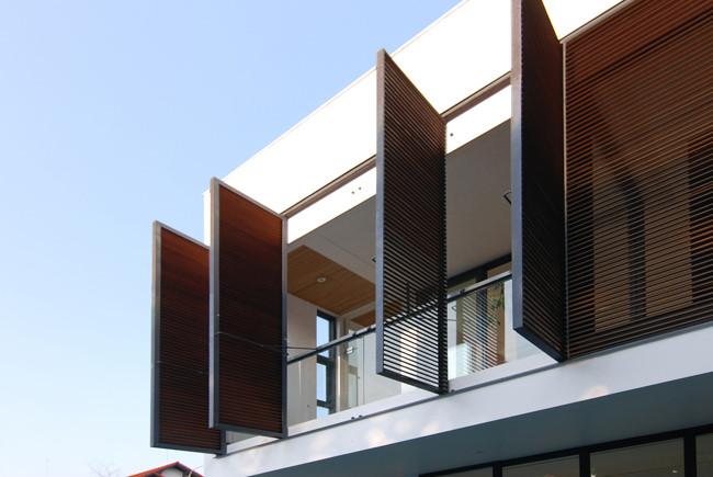 Những chiếc cửa sổ lớn giúp đón ánh sáng và năng lượng từ tự nhiên vào bên trong ngôi nhà.
