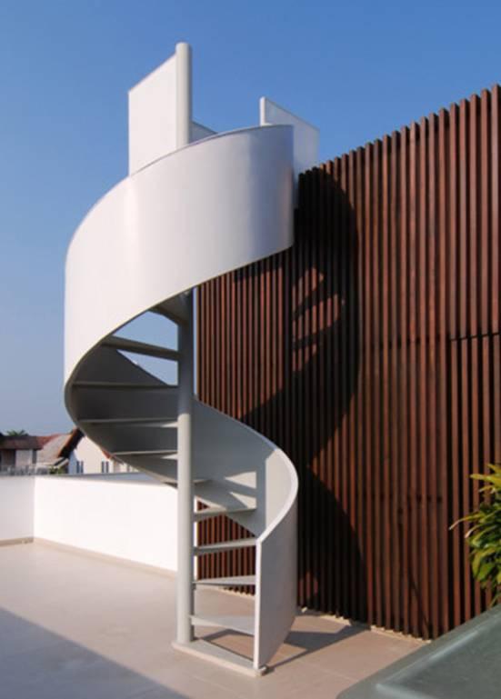 Một cầu thang trắng xóa uống cong là điểm nhấn trên tầng thượng của ngôi nhà.