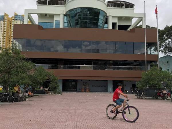 Quảng trường phía trước tòa nhà hiện đang được TPHCM cho chỉnh trang bằng vốn xã hội hóa. Ảnh VH