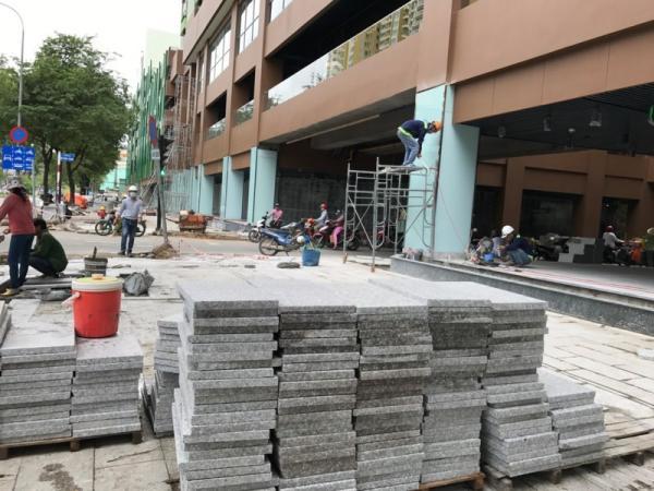 Vỉa hè phía trước đường Hồng Bàng và xung quanh tòa nhà cũng được làm mới lại toàn bộ. Ảnh VH