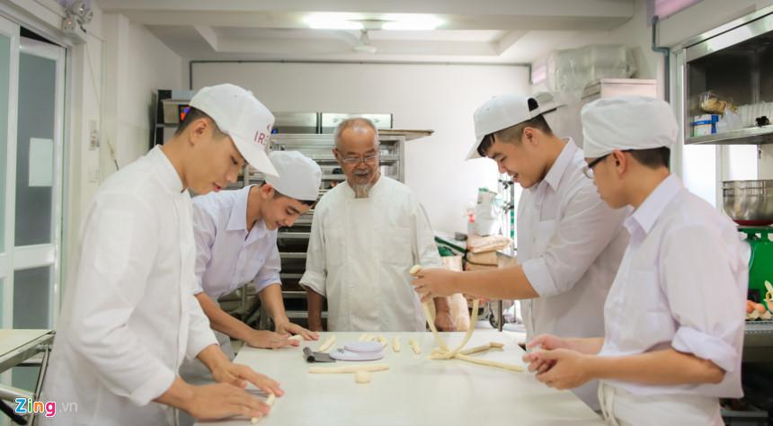 Giáo viên ở trung tâm hầu hết là người nước ngoài, do thầy Hội chọn lựa. Tại phòng làm bánh, các học viên thực hành dưới sự quan sát của thầy.