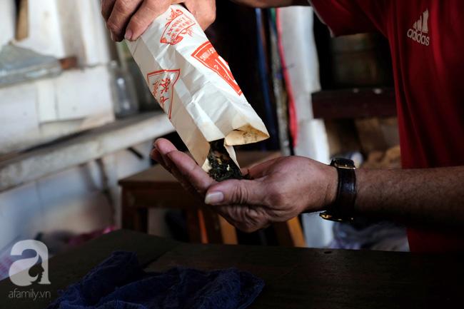 """""""Trà lá và trà lài lúc nào cũng sẵn trong nhà. Ngoài ra còn có trà ô long, thứ mà ngày xưa gia đình vẫn thường xuất khẩu ra nước ngoài"""" – ông Minh chia sẻ. Bóc một bao trà màu đỏ sọc trắng, ông Minh cho biết, túi giấy gói trà cũng là loại riêng của gia đình, đã có từ 50 năm trước."""