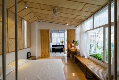 Phòng ngủ thông thoáng thông với không gian riêng tư là chiếc đàn piano dùng để giải trí.