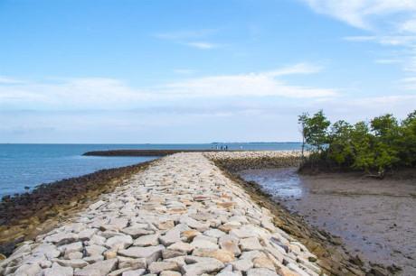 Bờ kè dài khoảng 2km, kéo dài từ bến tàu Thạnh An vòng quanh đảo gần hết cho đến đoạn rừng ngập mặn. Nơi đây thích hợp để đi dạo, ngắm cảnh hoàng hôn hay bình minh.