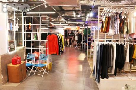 Gần 40 gian hàng thời trang nằm san sát nhau, dễ dàng di chuyển. Giá cả những cửa hàng thời trang ở The New Playground không phải quá đắt. Chỉ từ vài chục nghìn đến 200k là bạn đã sở hữu được những món đồ từ khu mua sắm này.