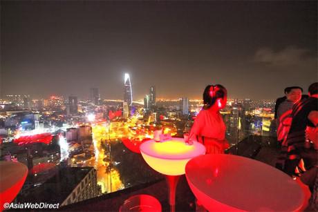 Chill - Sky Bar thuộc tầng 26&27 của một toà nhà trên đường Lên Lai, quận 1. Không gian sang trọng, có thể gặp gỡ thần tượng... là lý do nơi này được nhiều bạn trẻ chọn lựa.