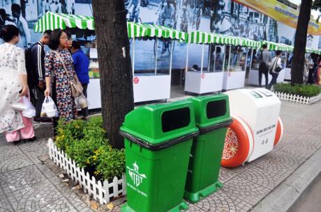 Thùng rác được bố trí ở khu vực phố hàng rong. Tại phố hàng rong có bãi giữ xe tư nhân kế bên nên người dân có thể gửi xe ở đây để tản bộ thưởng thức ẩm thực trên phố.