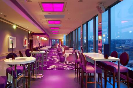 Lounge Bar Cloud 9 thuộc tầng 6&7 của một toà nhà gần Công Trường Quốc Tế, quận 3. Ảnh: Fres Winggingirk.